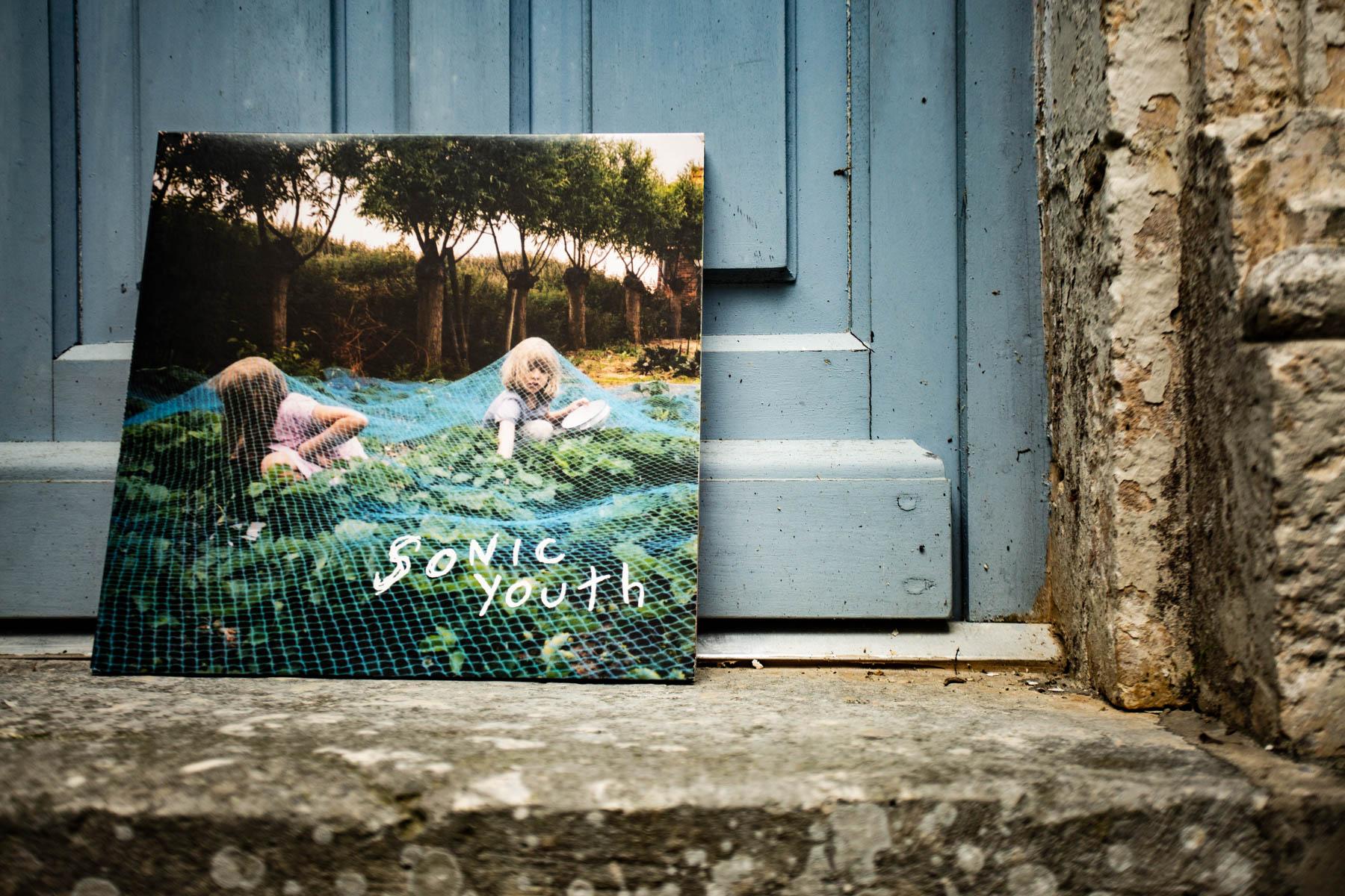 L'album Murray street de Sonic Youth dans le patio de la Maison Arriù.