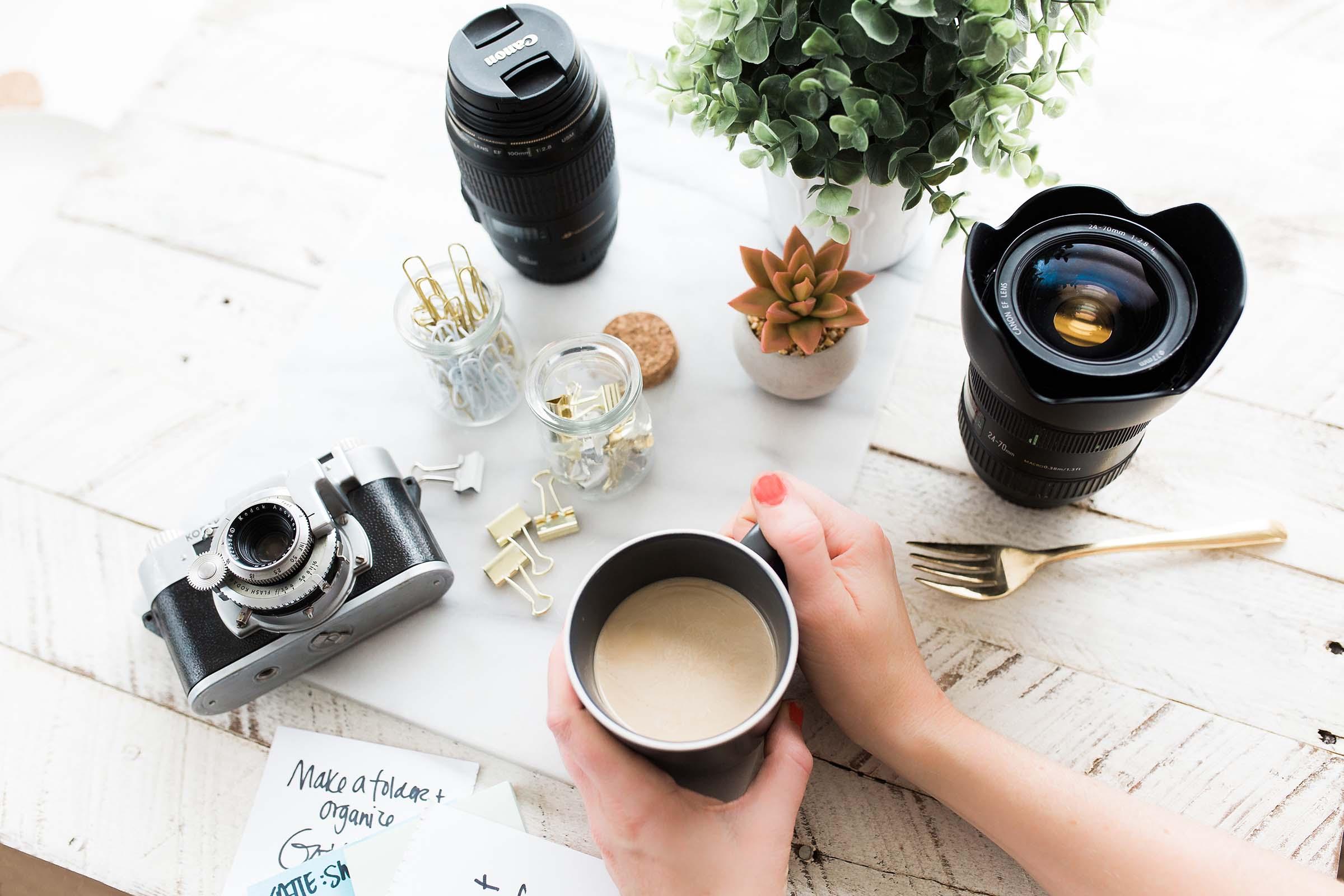 Matériel photo et tasse de café