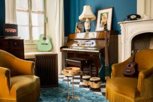 Instruments de musique dans le salon de musique de la Maison Arriù